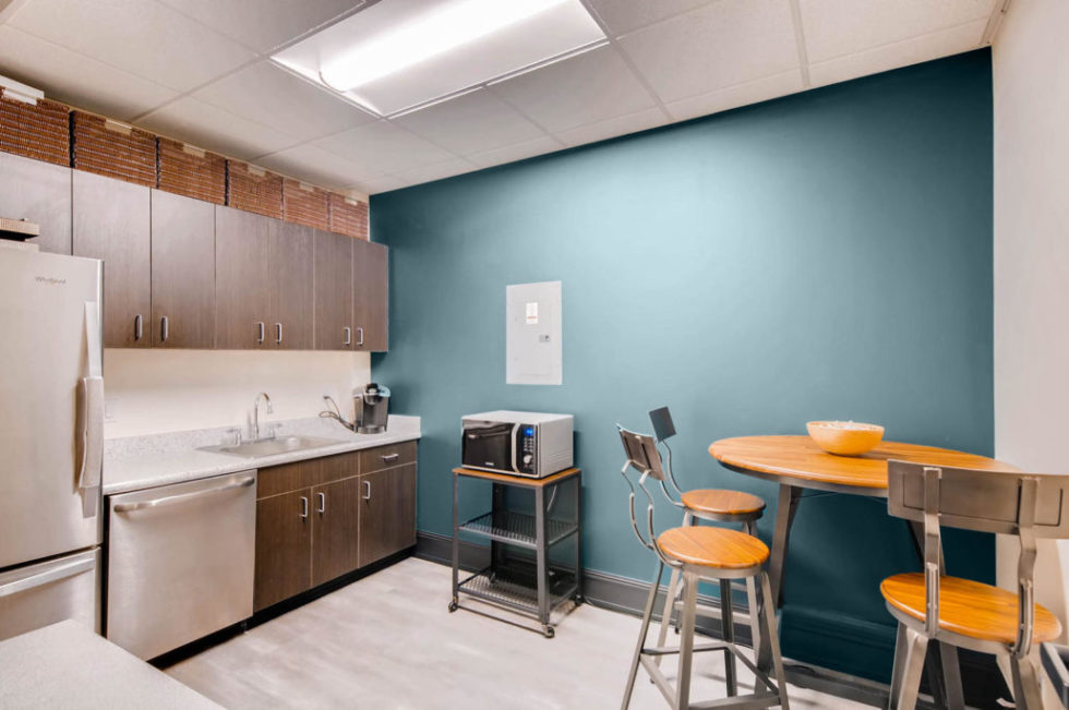 2595-Canyon-Boulevard-Suite-large-019-29-Kitchen-Facilities-1500x997-72dpi-1030x684